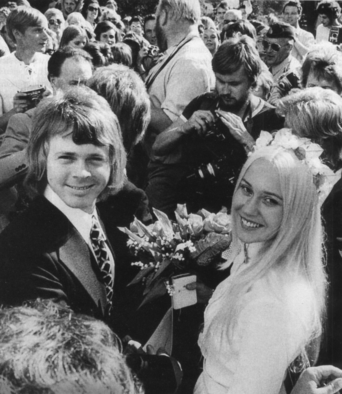bjorn_agnetha_wedding_outside_in_crowd