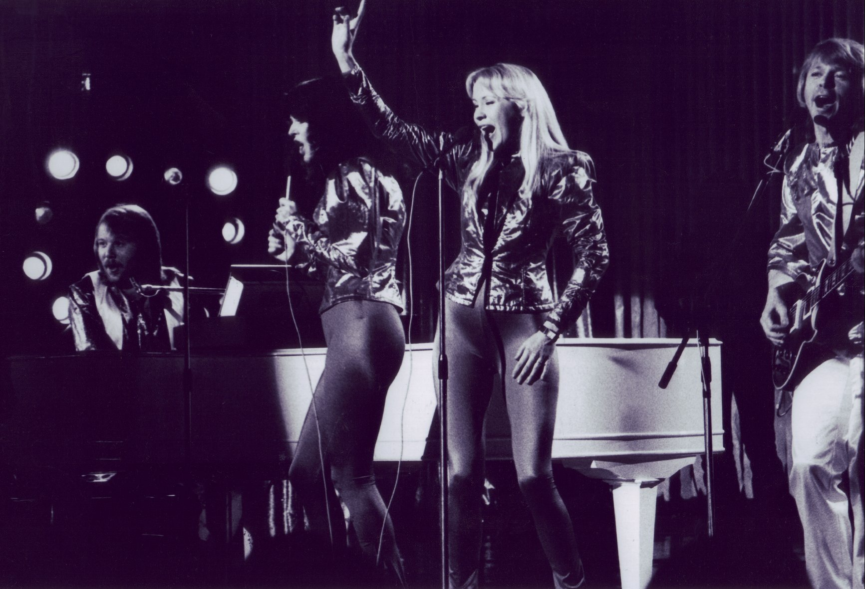 abba_on_stage_bw