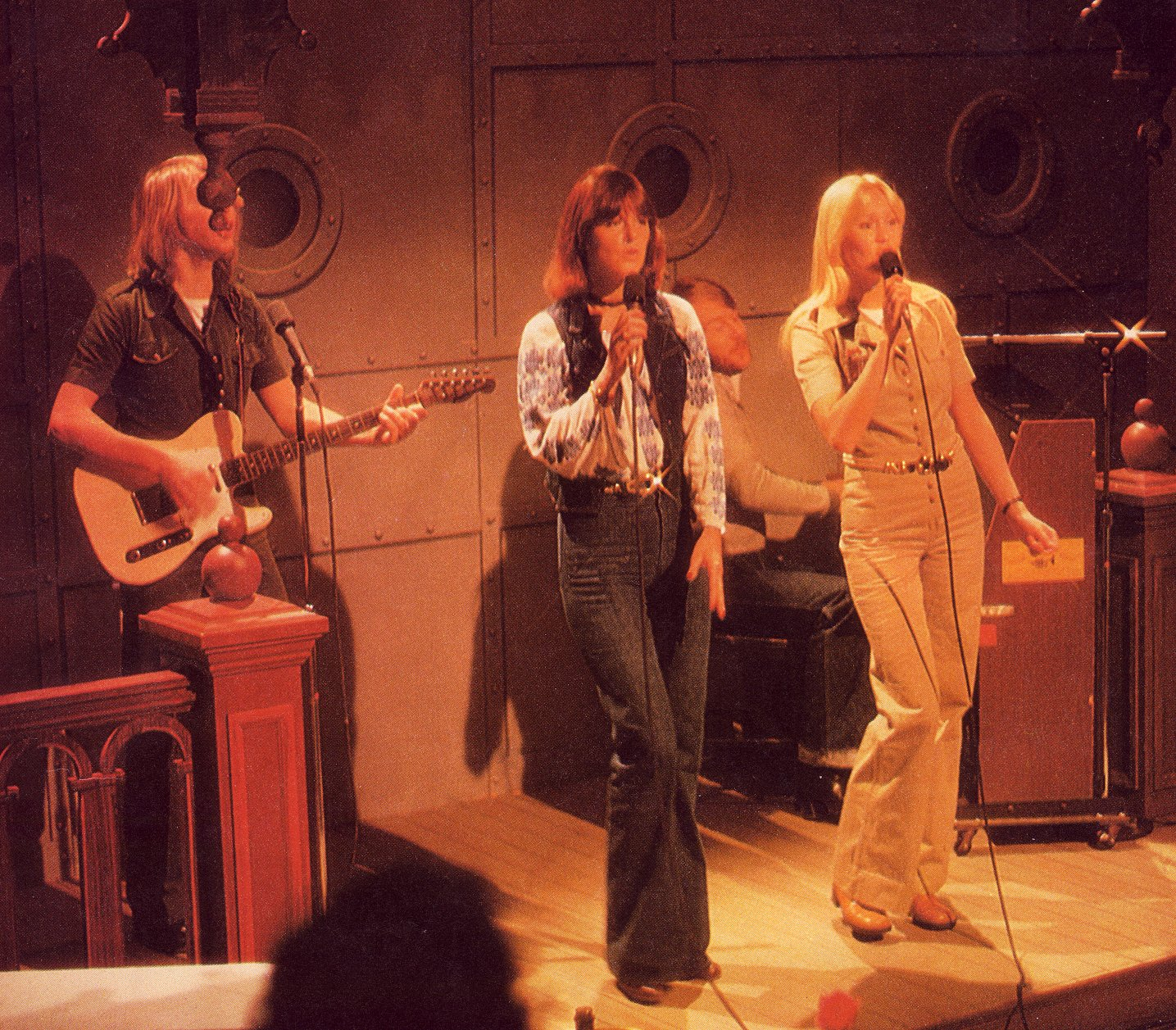 abba_on_stage_portholes